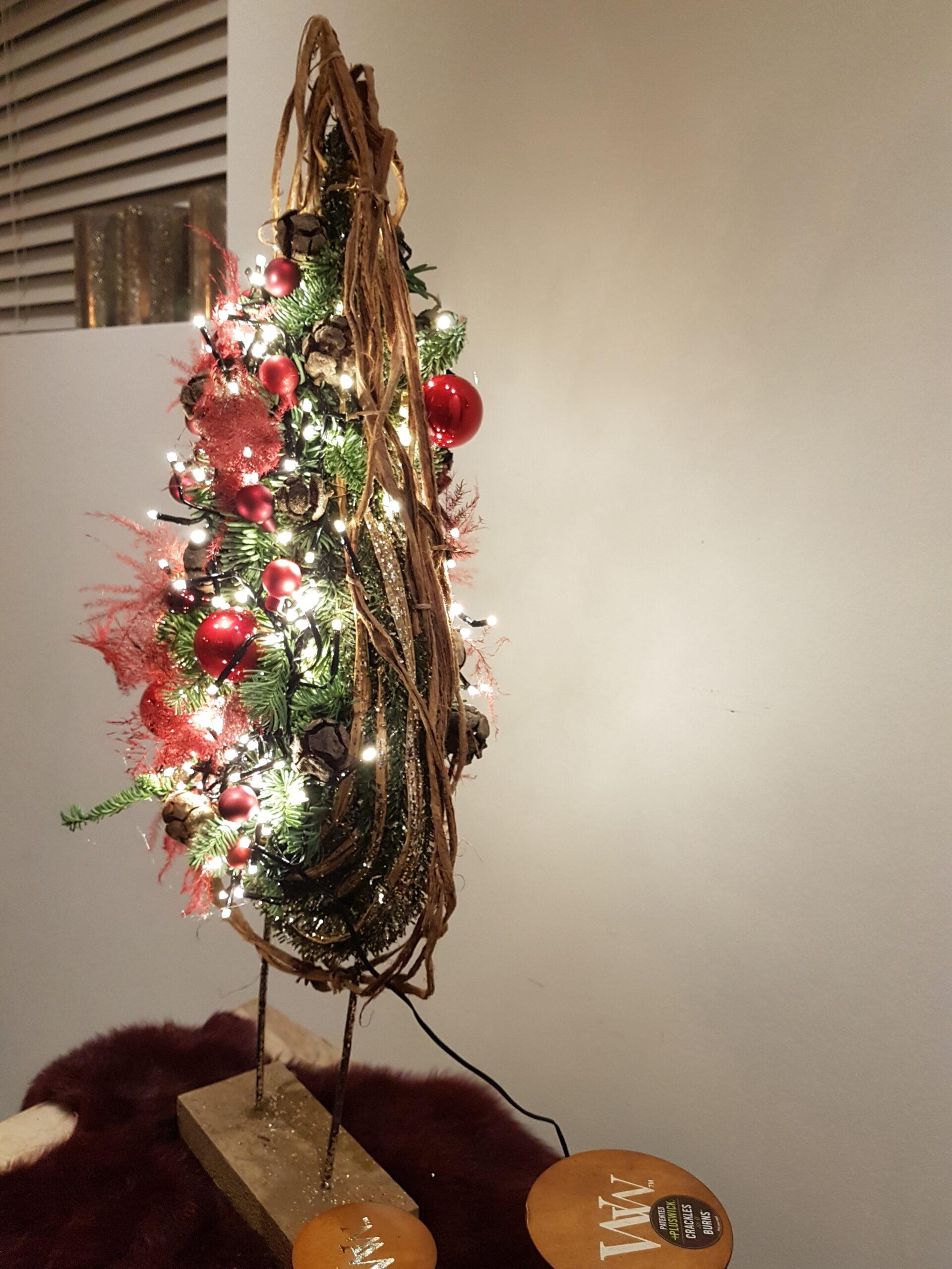 Kerstdecoratie Indoor. Verkrijgbaar kant en klaar of maak het zelf thuis in gezelschap van uw bubbel met de doe het zelf pakketjes. Komt allebei op 45 euro. Bestel jullie stuk op het nr 050.69.41.46 of kom langs in de winkel. Kleuren keuze rood, goud, brons, zilver of oud roze.-workshop-puur-fleur
